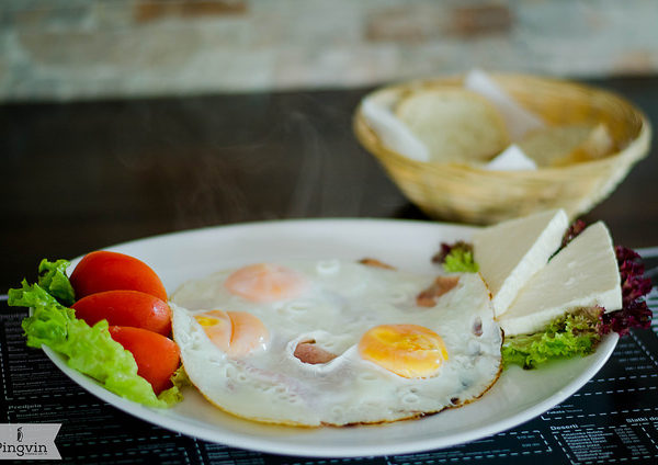 Dorucak na Savskom keju jaja na oko